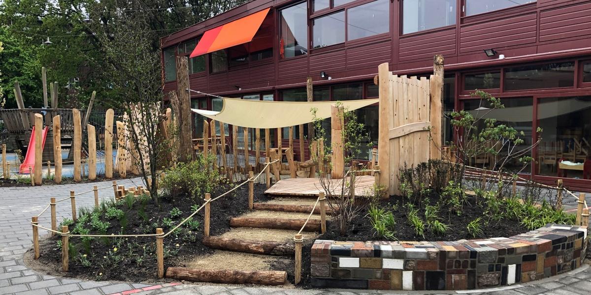 Schoolplein verandert in een groene speelplaats